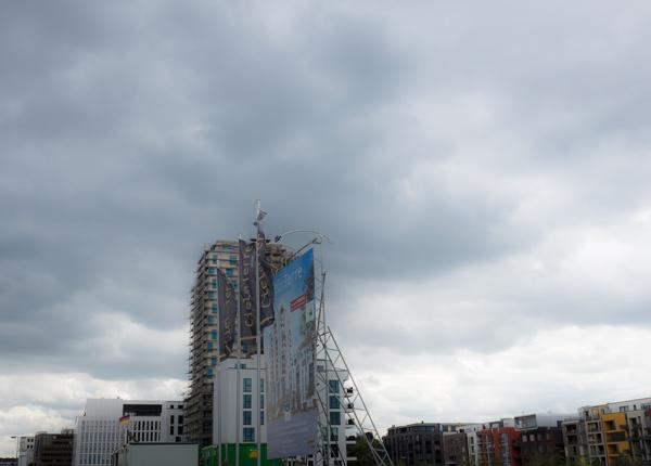 Ein Wohnturm mit franzisch-schickem Namen folgt dem nächsten. Flair steht nur noch auf dem Papier, denn der bei Düsseldorfern und Auswärtigen so beliebte Trödelmarkt mit seinem Pariser Charme, den es an dieser Stelle in der alten Bahnhofshalle einmal gab, ist längst vertrieben. Bald wird sich niemand erinnern, warum all die Häuser um einen herum französische Namen tragen. - Foto: © Jürgensen - Düsseldorf
