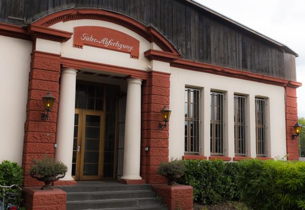 Der einstige Haupteingang zur Güterabfertigung. Innen überrascht den Besucher ein verwunschenes Schloss. Nicht mehr lange, dann naht die Abrissbirne. - Foto: © Jürgensen - Düsseldorf